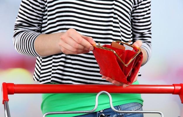 Kobieta z wózkiem w supermarkecie z bliska