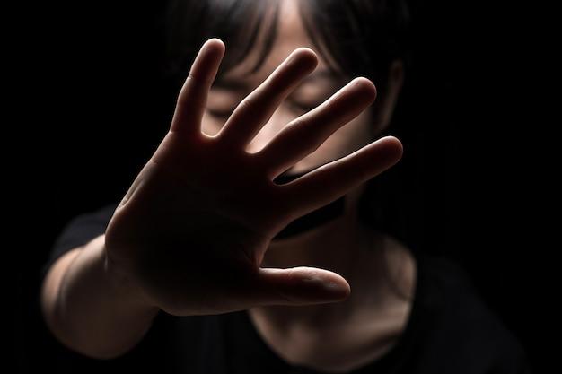 Kobieta z wyciągniętą ręką, sygnalizując zatrzymanie
