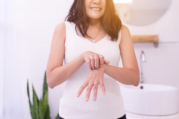 Kobieta z wysypką lub grudkami i drapaniem na dłoniach z powodu alergii, problem z pielęgnacją skóry z alergią na zdrowie, łuszczyca pospolita