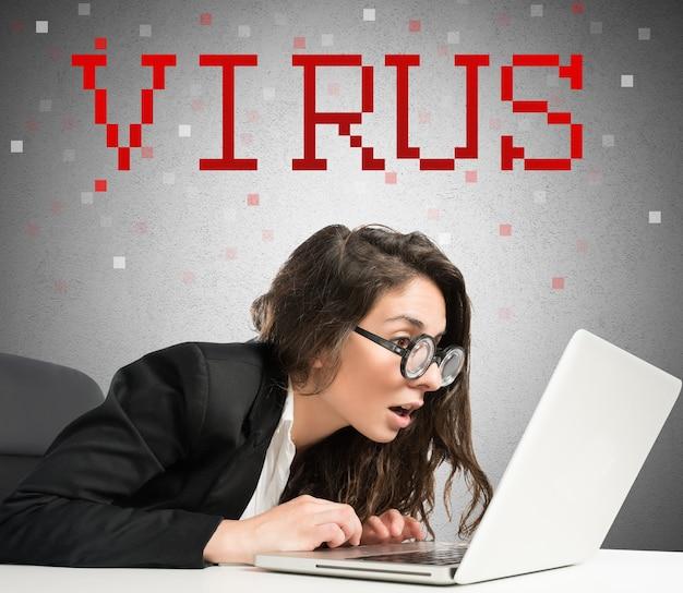 Kobieta z zadziwionym wyrazem twarzy i okularami z klawiaturą komputera