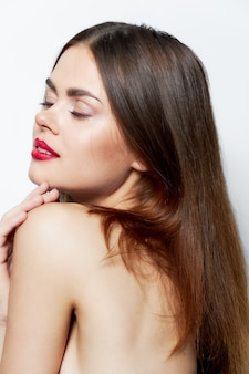 Kobieta z zamkniętymi oczami i jasny makijaż