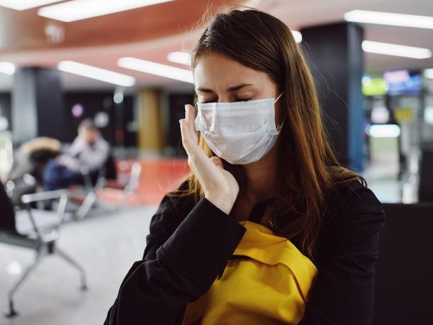 Kobieta z zamkniętymi oczami medyczny czeka na lot lotnisko
