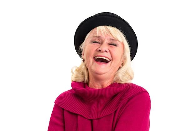 Kobieta z zamkniętymi oczami śmiejąc się.
