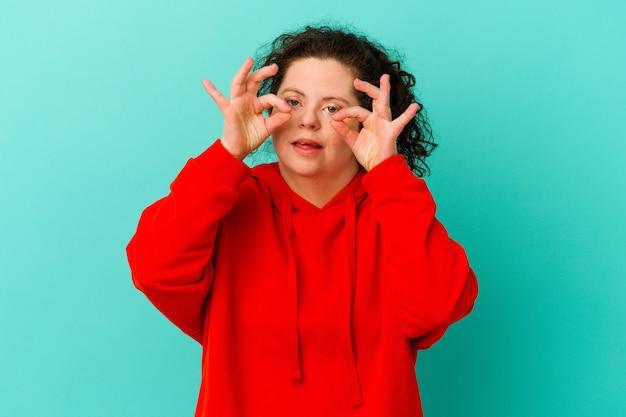 Kobieta z zespołem downa odizolowana, mająca otwarte oczy, by znaleźć szansę na sukces