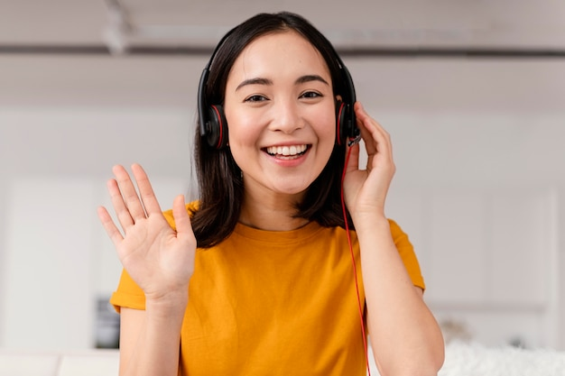 Kobieta z zestawem słuchawkowym do połączenia wideo