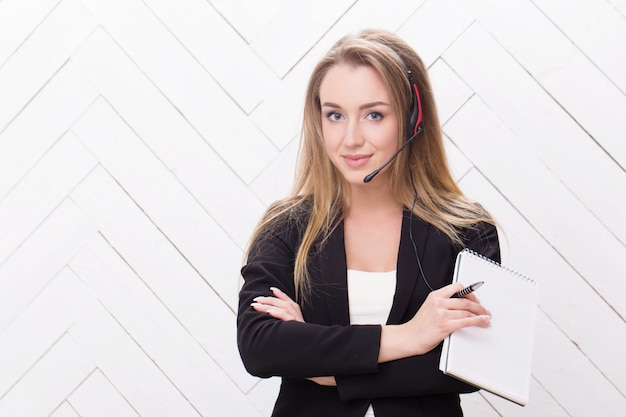 Kobieta z zestawem słuchawkowym