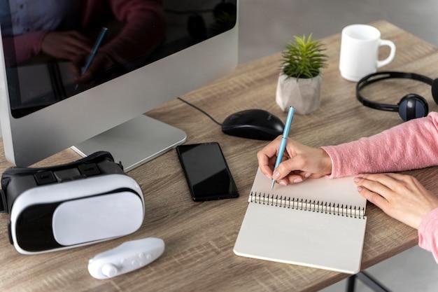 Kobieta z zestawu słuchawkowego pracuje na komputerze z bliska