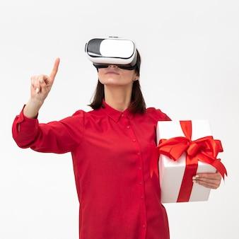 Kobieta z zestawu słuchawkowego wirtualnej rzeczywistości, trzymając pudełko