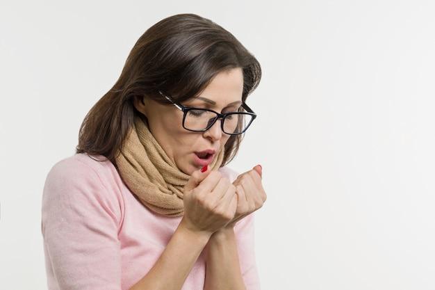 Kobieta z zimnem ubrana w szalik