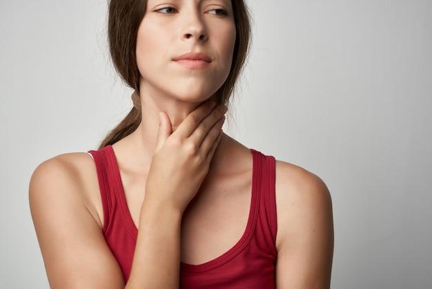 Kobieta z zimnym bólem gardła problemy zdrowotne styl życia