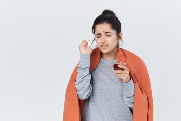 Kobieta z zimnymi problemami zdrowotnymi filiżanka herbaty w leczeniu rąk
