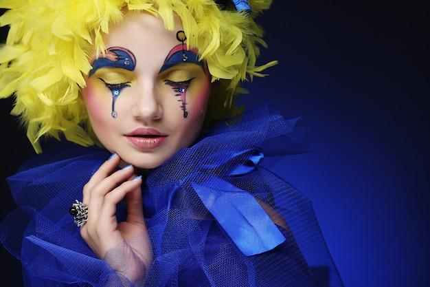 Kobieta z żółtym peruki piórkiem
