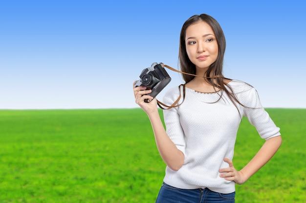Kobieta za pomocą aparatu fotograficznego retro