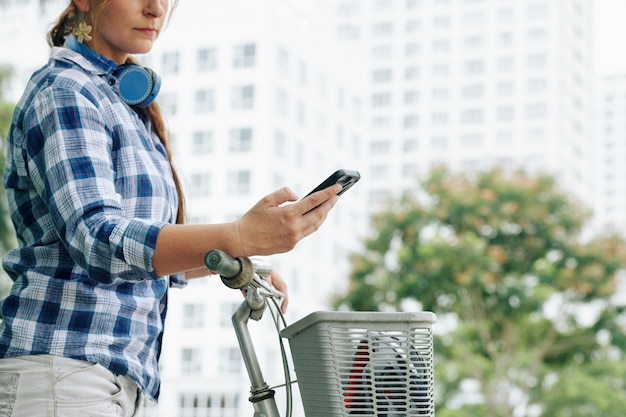Kobieta za pomocą aplikacji do nawigacji gps