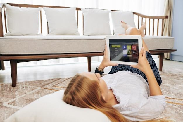 Kobieta za pomocą aplikacji inteligentnego domu