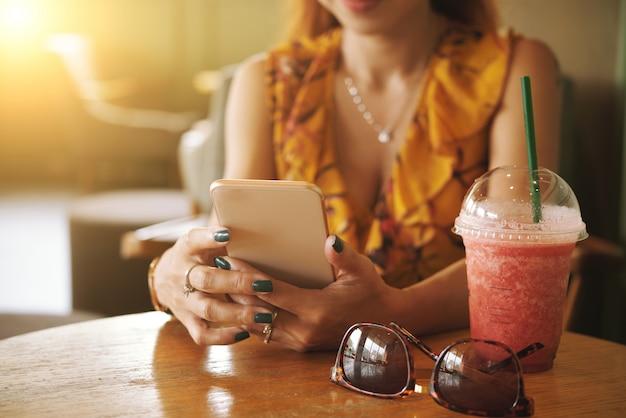 Kobieta za pomocą aplikacji mobilnej