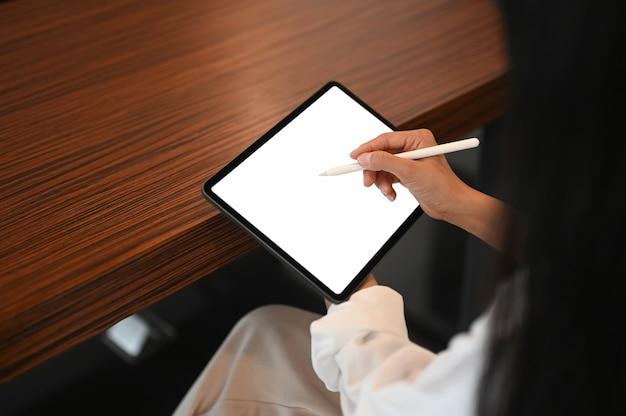 Kobieta za pomocą cyfrowego tabletu z rysikiem