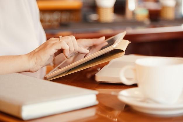 Kobieta za pomocą cyfrowego tabletu