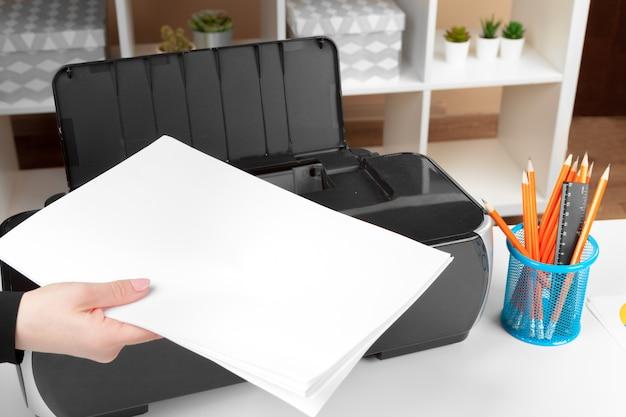 Kobieta za pomocą drukarki do skanowania i drukowania dokumentu