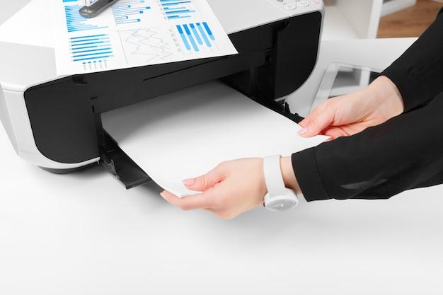 Kobieta za pomocą drukarki
