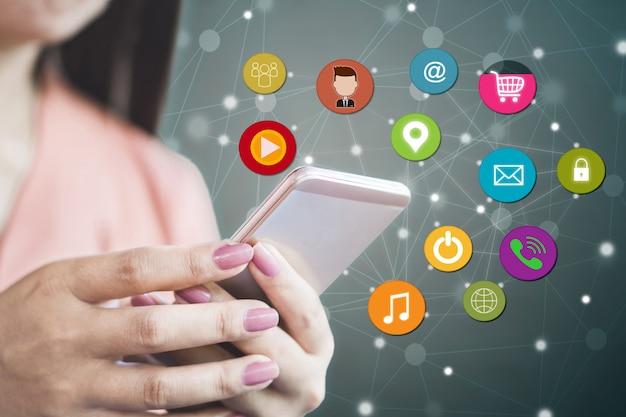 Kobieta za pomocą inteligentnego telefonu dla mediów społecznościowych