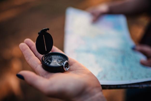 Kobieta za pomocą kompasu