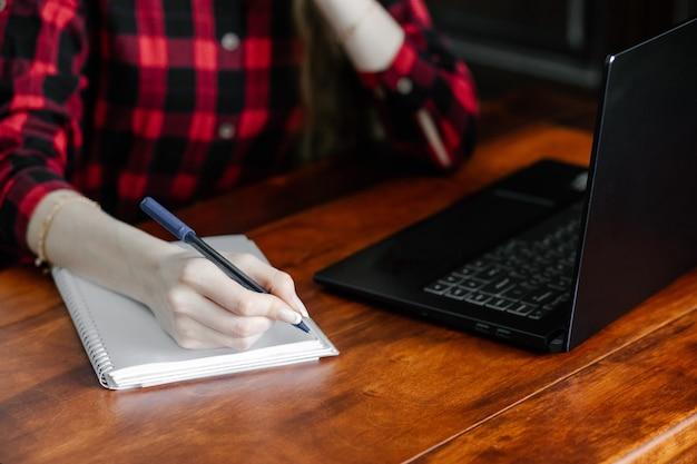 Kobieta za pomocą laptopa do szkoły online