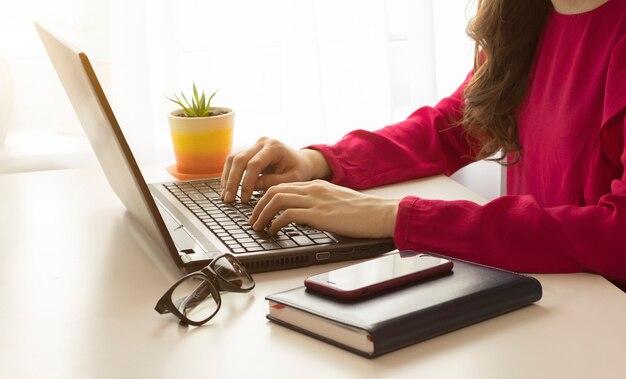 Kobieta za pomocą laptopa, koncepcja biznesowa, praca zdalna