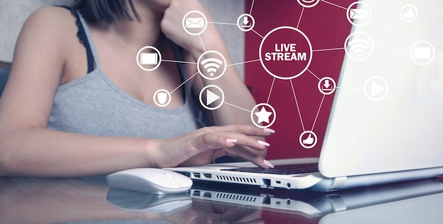Kobieta za pomocą laptopa. transmisja na żywo