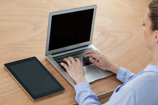 Kobieta za pomocą laptopa