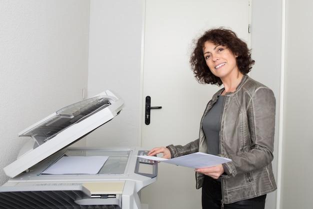 Kobieta za pomocą maszyny do kopiowania