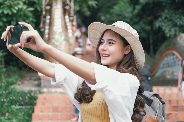 Kobieta za pomocą smartfona, aby zrobić zdjęcie. podróżnik podróż turystyczny na wakacjach. podróż podróż