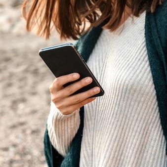 Kobieta za pomocą smartfona na plaży