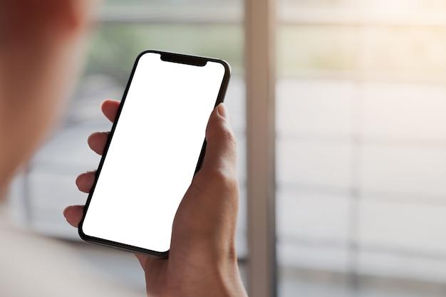 Kobieta za pomocą smartfona. telefon komórkowy z pustym ekranem do montażu graficznego. usługa sieci.