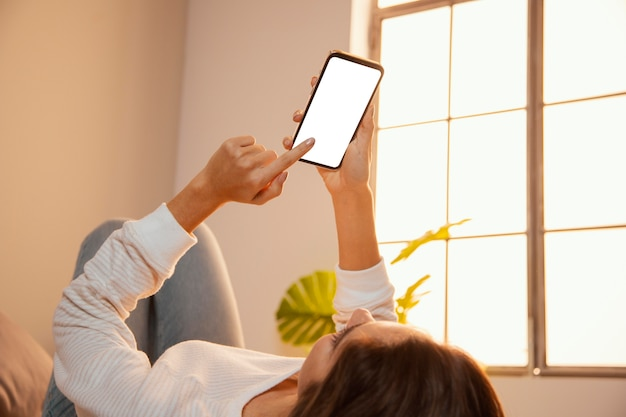 Kobieta za pomocą smartfona w domu