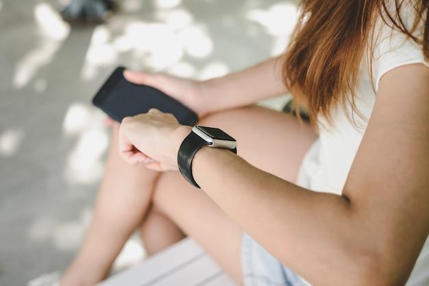 Kobieta za pomocą smartwatch z powiadamiaczem e-mail