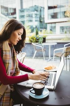 Kobieta za pomocą swojego laptopa