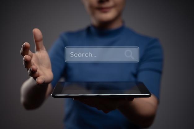 Kobieta za pomocą tabletu do wyszukiwania z efektem hologramu ikony przeglądarki