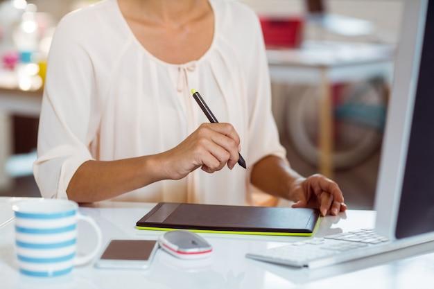 Kobieta za pomocą tabletu graficznego