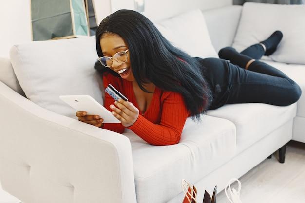 Kobieta za pomocą tabletu i karty kredytowej