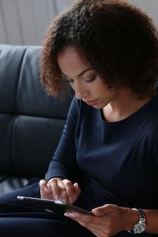 Kobieta za pomocą tabletu