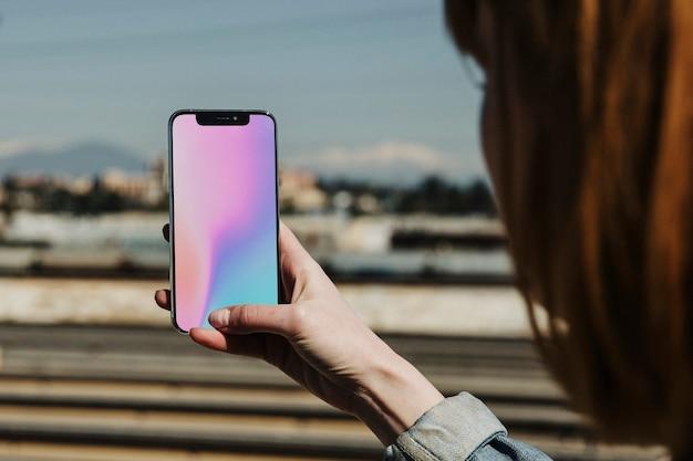 Kobieta za pomocą telefonu komórkowego, aby uchwycić widok