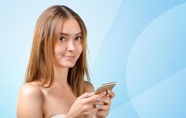 Kobieta za pomocą telefonu komórkowego