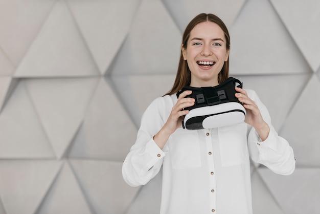 Kobieta za pomocą widoku z przodu zestawu słuchawkowego wirtualnej rzeczywistości