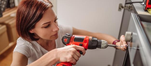 Kobieta za pomocą wiertarko-wkrętarki akumulatorowej