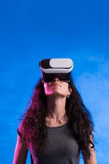 Kobieta za pomocą zestawu słuchawkowego rzeczywistości wirtualnej na zewnątrz