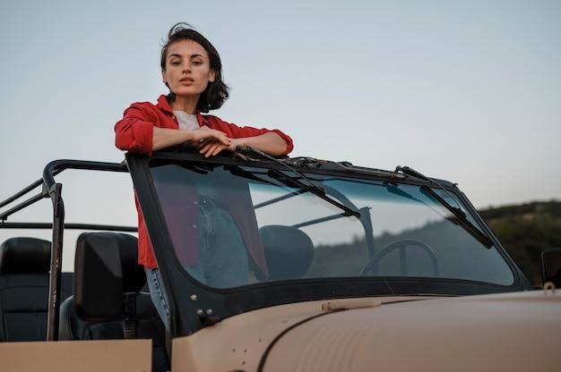 Kobieta zabawy podróżując samotnie samochodem
