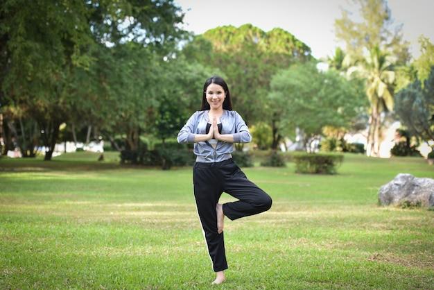 Kobieta zachować dopasowanie ćwiczenia ciała dla zdrowia dziewczyna płać szacunek i jogi