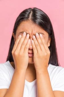 Kobieta zaciera portret jej oczy