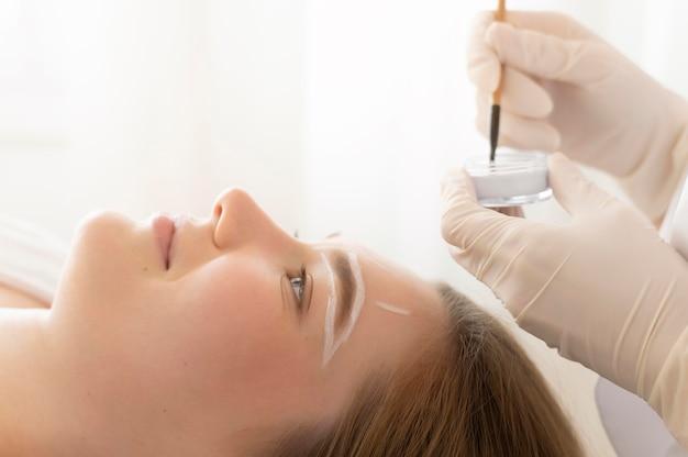 Kobieta zaczyna leczenie brwi